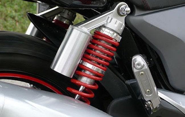 bảo dưỡng xe ngay khi nghe thấy tiếng ồn từ giảm xóc