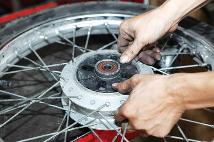 Cao su giảm giật ở bánh xe bị co ngót hoặc vỡ sẽ khiến xe bị giật rất mạnh