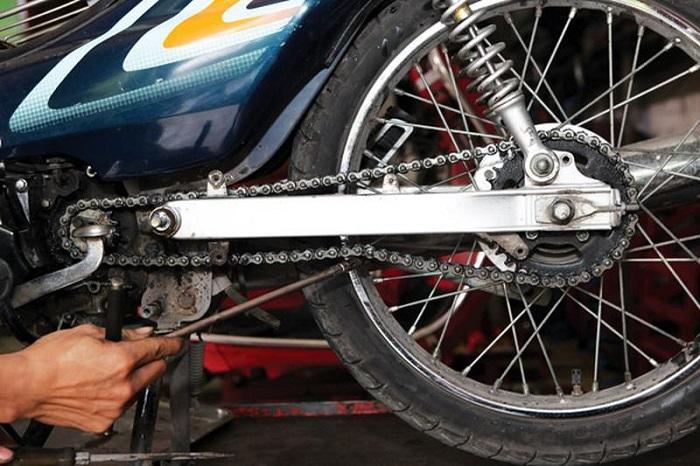 Xích chùng sẽ làm xe bị giật nhưng thường kèm theo tiếng kêu do va đập vào hộp xích