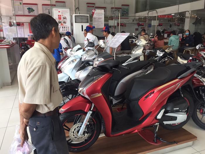 Chi phí tăng cao khiến nhiều người e dè mua xe máy mới