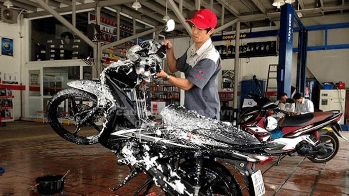 rửa xe máy khi động cơ đang còn nóng nên hay không?
